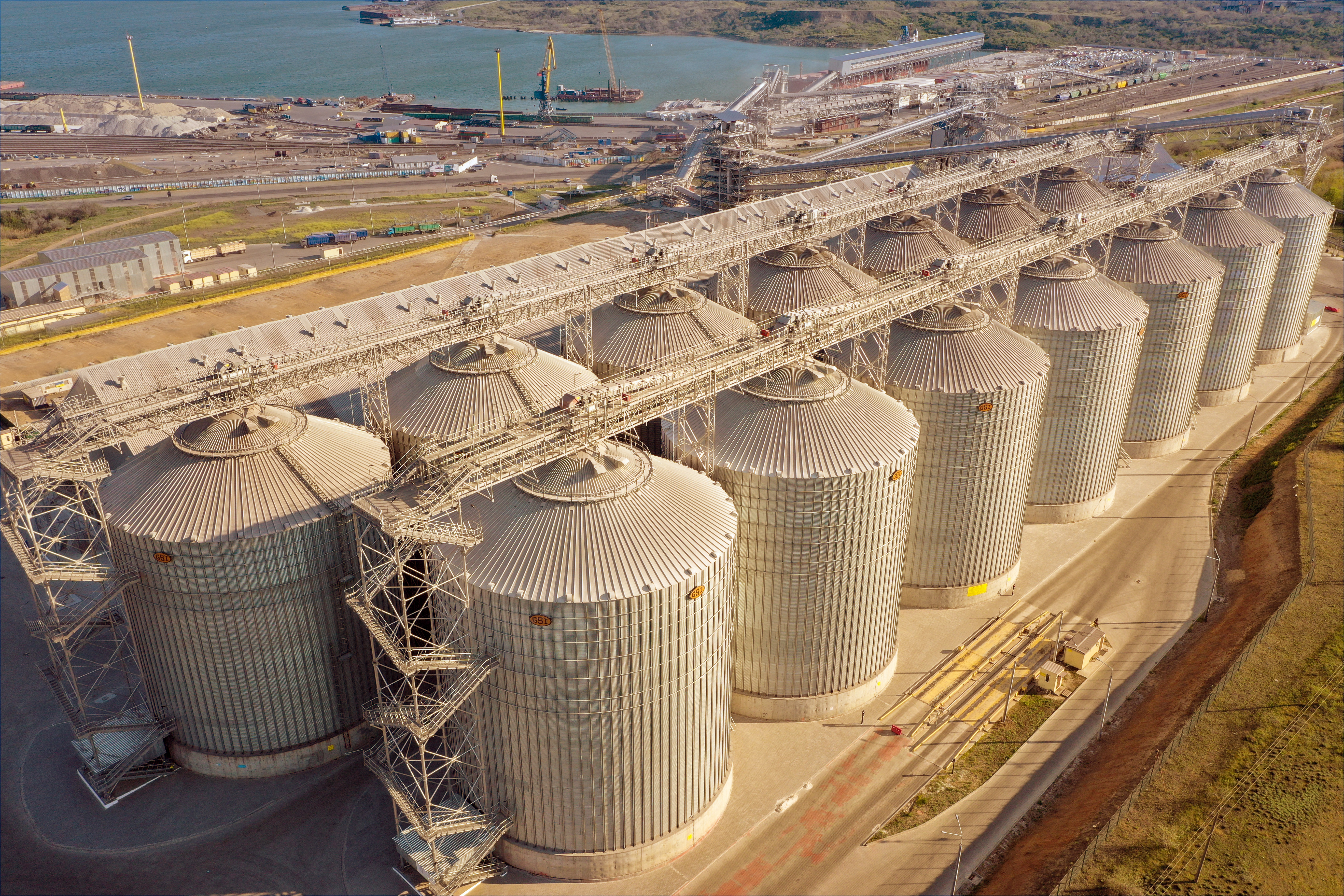 The total capacity of 14 silos is up to 210 thousand tons